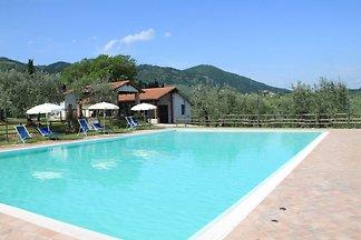 Agriturismo rustico a San Baronto con piscina