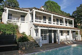 Geschmackvoll eingerichtete Villa mit private...