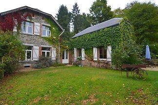 Idyllisches Ferienhaus in Bièvre mit Terrasse