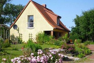 Ferienhaus in Niendorf mit Gartenstühlen und...