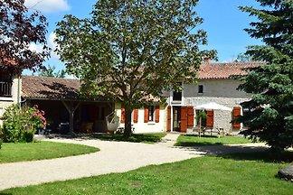 Bauernhaus aus dem 18. Jahrhundert mit geräum...