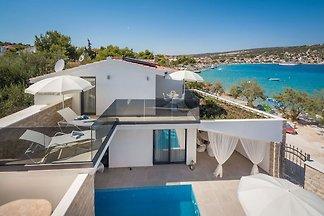 Beautiful villa for six people on the coast i...