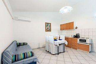 Modernes Ferienhaus in Jasenice mit Veranda