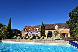 Schönes Ferienhaus mit beheiztem Pool in Caza...