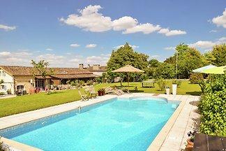 Schönes Ferienhaus mit Schwimmbad in...