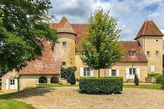 Schönes Schloss am Fluss in Le Veurdre