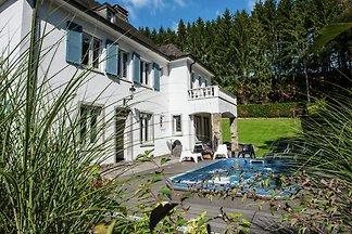 Luxuriöses Ferienhaus auf dem Land mit Garten