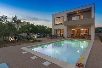 Luxuriöse Villa in Turanj mit Pool