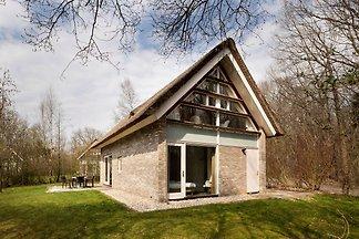 Rietgedekte villa met twee badkamers, op 8 km...
