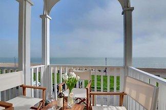 Comfortable seaside holiday home with stunnin...