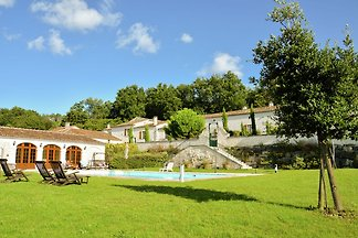 Luxusvilla in Saint-Preuil mit Swimmingpool
