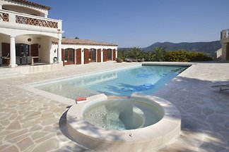 Lavish Villa in Sainte-Maxime with Bar & Heat...