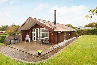 Hölzernes Ferienhaus mit Terrasse in Jütland