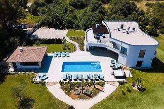 Luxuriöse Villa in Juršici mit Pool