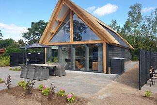 Modernes Haus mit viel Glas, in der Nähe von...