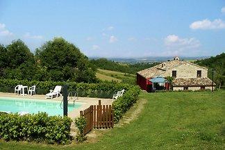 Idyllisches Ferienhaus mit Pool in Treia