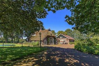 Schöne Villa in Rheezerveen mit Teich