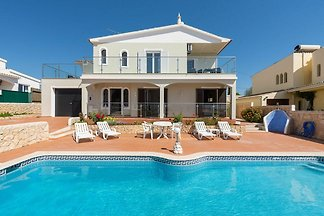 Spacious modern Villa with pool in quiet resi...