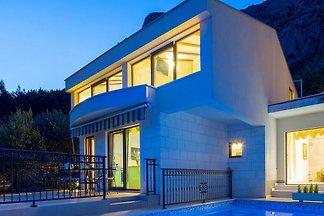 Moderne Villa in Makarska mit Bergblick
