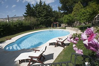 Delightful, charming house with pool and all ...