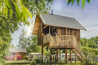 Wunderschönes Baumhaus mit Terrasse am Fluss ...