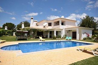 Lux. Villa mit Pool und schönem Garten in Fer...