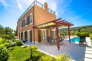 Luxuriöse Villa in Splitska mit Schwimmbad