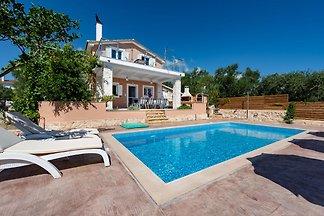 Geräumige Villa mit eigenem Pool in Romiri