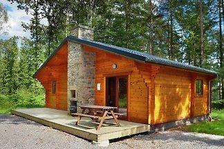 Modernes Holzchalet mit Ofen, im Wald gelegen