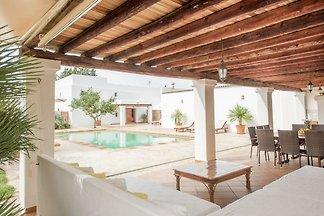 Dom w stylu Ibiza z pięknym basenem i kilkoma...