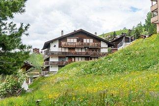 Geräumiges Ferienhaus in Grächen mit offener...