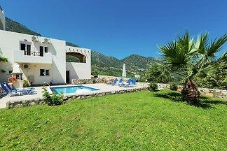 Villa tegen berghelling, privézwembad, met fa...