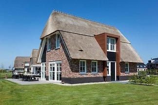 Schöne, strohgedeckte Villa mit Terrasse am...
