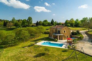 Ruhiges Ferienhaus mit Swimmingpool in...