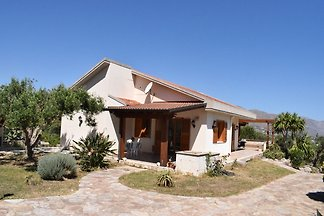 Detached villa located in a residential area ...