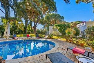 Bezaubernde Villa in Vilamoura mit Garten