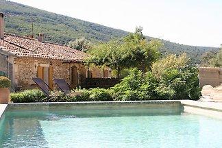 Stilvolles Ferienhaus mit Schwimmbad und Klim...