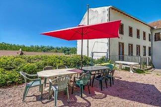 Schönes Ferienhaus in Pontgibaud mit Garten i...