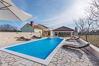 Ruhiges Ferienhaus in Benkovac mit Schwimmbad