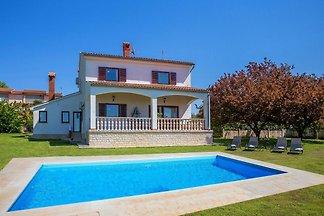 Schöne Villa mit großem Garten, privatem Pool...