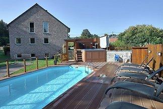 Luxuriöse Villa in Stoumont mit Swimmingpool