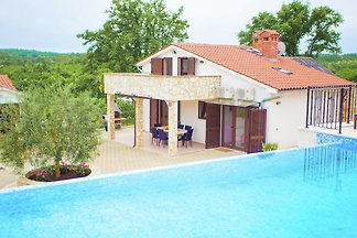 Relaxing villa with pool and garden for six p...
