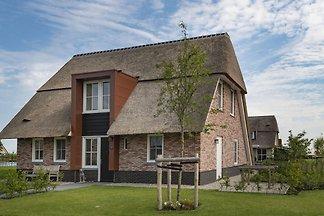 Schöne Villa mit Sonnendusche und Terrasse am...