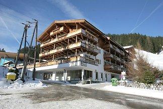 Schneebedeckte Häuser am Rande des...