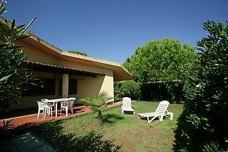 Modernes Ferienhaus mit eigenem Garten in Gia...