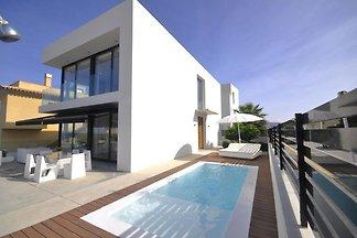 Moderne Luxusvilla mit Pool und Strandnähe fü...