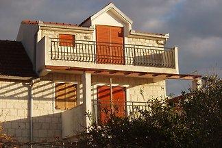 Gemütliche Wohnung in Okrug Donji mit Balkon
