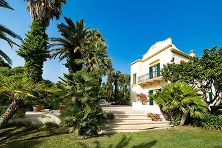 Elegant villa with swimming pool and garden, ...
