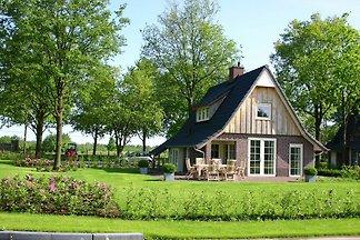 Schönes Haus mit Garten in natürlicher...