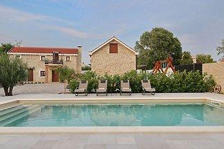 Geräumige Villa in Prkos mit Pool